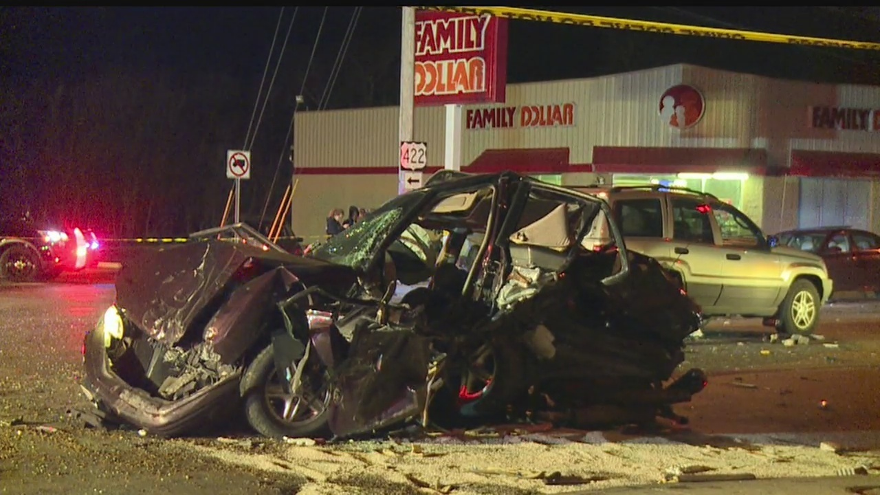 One dead after driver plows through Warren intersection, smashes